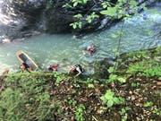 Rettungskräfte konnten in der Jaunbachschlucht einen abgestürzten Wanderer retten. Der Mann wurde verletzt ins Spital gebracht. (Bild: Kantonspolizei Freiburg)
