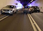 Beide Fahrspuren im Loppertunnel waren nach der Kollision blockiert. (Bild: Kantonspolizei Nidwalden)