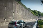 Die Stützmauer an der Umfahrungsstrasse in Teufen bleibt vorerst so, wie sie ist.Bild: Ralph Ribi
