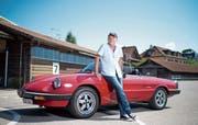 Robert Hümbeli mit seinem Alfa Romeo Spider bei den Stierenstallungen in Zug. (Bild: Maria Schmid, 30. Juli 2019)