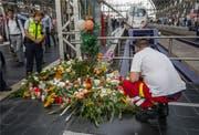 Grosse Anteilnahme: Auf diesem Gleis am Frankfurter Hauptbahnhof starb der 8-jährige Bub. Bild: Frank Rumpenhorst/Keystone (30. Juli 2019) (Bild: keystone-sda.ch)