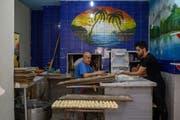 Ein Syrer bei der Arbeit in einer Bäckerei in Istanbul. (Bild: Bülent Kil, Istanbul)