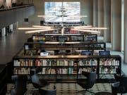 Weniger physische Bücher, mehr elektronischer Lesestoff: Schweizer Bibliotheken. (Bild: KEYSTONE/CHRISTIAN BEUTLER)