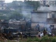 In Pakistan stürzt ein Kleinflugzeug der Luftwaffe in ein Wohngebiet am Rande der Millionenstadt Rawalpindi. Fünf Häuser gehen in Flammen auf, fünf Crewmitglieder und mindestens 14 Zivilisten sterben. (Bild: Keystone/EPA/T. MUGHAL)