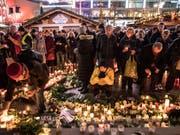 Trauer nach dem Anschlag auf einen Berliner Weihnachtsmarkt im Dezember 2016. Die Polizei gibt sich in einem Bericht zu ihrem Vorgehen selbstkritisch. (Bild: KEYSTONE/EPA/OMER MESSINGER)