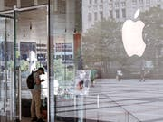 Ein Kunde im Laden des US-Technologiekonzerns Apple in Chicago. (Bild: KEYSTONE/AP/AMR ALFIKY)