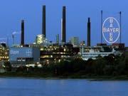 Der Leverkusener Chemiekonzern Bayer steht wegen des extremen Wetters aber auch wegen immer mehr Klagen im Zusammenhang mit Krebsrisiken bei seinem glyphosathaltigen Unkrautvernichter unter Druck. (Bild: KEYSTONE/AP/CLAUDIA SCHMIEDT)
