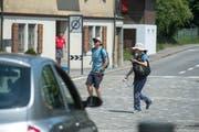 Zuweilen kommen sich Touristen und Verkehrsteilnehmer ziemlich nahe. (Bild: Dominik Wunderli, Alpnachstad, 24. Juli 2019)