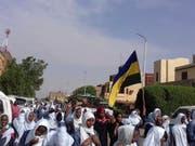 In ihre Schuluniformen gekleidet und sudanesische Flaggen schwenkend skandierten am Dienstag Schülerinnen und Schüler Parolen wie «Einen Schüler töten heisst ein Land zu töten». Bei Protesten gegen die Militärführung des Landes waren am Montag fünf Schüler getötet worden. (Bild: KEYSTONE/AP Sudanese Congress Party)
