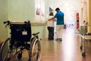 Ein Zivildienstleistender hilft bei der Pflege aus. (Bild: KEYSTONE/Christian Beutler)