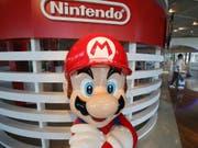 Nintendos Spielkonsole mit Games wie Super Mario findet weiterhin guten Absatz. (Bild: KEYSTONE/AP/KOJI SASAHARA)