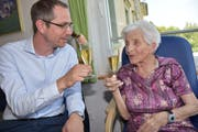 Gemeindepräsident Michael Litscher gratuliert Frieda Altherr, hier im vergangenen Jahr, zum Geburtstag. (Bild: iks)