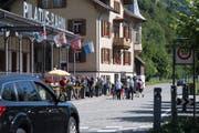 Touristen müssen auf dem Weg zur Pilatusbahn die Brünigstrasse überqueren. (Bild: Nadia Schärli, Alpnachstad, 30. Juli 2019)