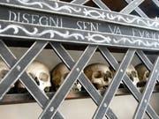 Schädel im «Oratorio S. Anna» erinnern an die Sterblichkeit. Bild: Silvia Schaub