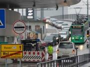Lange Autokolonne beim Zoll: Solche Bilder will die deutsche Regierung weniger oft sehen. Shoppingtouristen sollen deshalb künftig nur noch bei Einkäufen über 50 Euro die Mehrwertsteuer zurückerstattet bekommen. (Bild: Georgios Kefalas/Keystone)