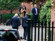 Der britische Premierminister Boris Johnson wurde am Mittwoch bei seinem Antrittsbesuch in Nordirland nicht mit offenen Armen empfangen. Grosser Streitpunkt beim Brexit ist der Backstop, den Johnson ablehnt. (Bild: KEYSTONE/AP PA/LIAM MCBURNEY)