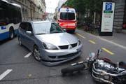 Abbiegemanöver mit Folgen: Der Autofahrer hat das Motorrad auf der Haldenstrasse in der Stadt Luzern übersehen. (Bild: PD/Luzerner Polizei)