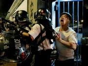 Vor einer Polizeistation in Hongkong ist es am Dienstagabend erneut zu gewalttätigen Protesten gekommen. (Bild: KEYSTONE/AP/VINCENT YU)