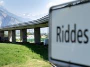 Der Viadukt in Riddes wird täglich von rund 10'000 Fahrzeugen überquert. Er dient der Kantonsstrasse T9 zur Überquerung der Rhone, mehrerer kommunaler Strassen und Wege, der A9 sowie der Bahngleise der Simplonlinie. (Bild: Keystone/LAURENT GILLIERON)