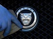 Ist der grösste Autoproduzent in Grossbritannien: Jaguar Land Rover aus dem indischen Tata-Konzern. (Bild: KEYSTONE/AP/FRANK AUGSTEIN)