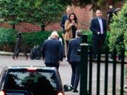 Trifft in Nordirland auf Kritik: Der britische Premierminister Boris Johnson (links), hier bei seiner Ankunft in Belfast am Mittwoch. (Bild: KEYSTONE/AP PA/LIAM MCBURNEY)