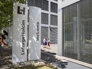 Der französisch-schweizerische Zementkonzern LafargeHolcim sieht sich auf Kurs für das Gesamtjahr. (Bild: KEYSTONE/PATRICK B. KRAEMER)