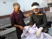 Mindestens 34 Tote und 17 Verletzte forderte am Mittwoch ein Bombenanschlag im Westen Afghanistans. Zahlreiche Verletzte wurden in einem Spital in Herat medizinisch versorgt. (Bild: KEYSTONE/EPA/JALIL REZAYEE)