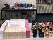 Unter dem in St. Margrethen SG sichergestellten Diebesgut fanden sich 142 Parfümflaschen. (Bild: Eidgenössische Zollverwaltung)