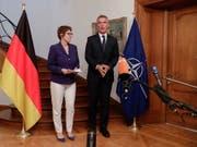 Die deutsche Verteidigungsministerin Annegret Kramp-Karrenbauer (links) hat bei ihrem Antrittsbesuch bei Nato-Generalsekretär Jens Stoltenberg (rechts) die alte Zusage bekräftigt, dass der Anteil der deutschen Verteidigungsausgaben am Bruttoinlandprodukt bis 2024 auf 1,5 Prozent steigen soll. (Bild: KEYSTONE/EPA POOL/STEPHANIE LECOCQ / POOL)