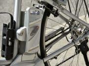 Leistungsstarke Lithium-Ionen-Batterien wie beispielsweise in E-Bikes können explodieren. Forscher haben nun einen alternativen, nicht entflammbaren Elektrolytkörper entwickelt. (Bild: Keystone/MARTIAL TREZZINI)