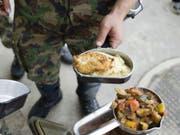 Woran die Rekruten erkrankten, ist bisher nicht bekannt. Nach Medienberichten war verdorbenes Essen der Auslöser. (Bild: Keystone/MARTIN RUETSCHI)