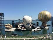 Probenbetrieb auf der Seebühne der Bregenzer Festspiele: Am 17. Juli wird die Oper «Rigoletto» erstmals in Bregenz aufgeführt. Die Bühne und mit ihr der Clownkopf bewegen sich wie ein grosse, dynamische Maschine. (Bild: Keystone-SDA Nathalie Grand)