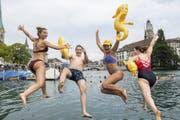 Mitten durch Zürichs City: Nicht nur beim Limmatschwimmen herrscht hier im Sommer Hochbetrieb. (Bild: Keystone)