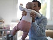 Mehr Zeit mit dem Papa: Der Detailhandelskonzern Manor gewährt frischgebackenen Vätern neu drei Wochen Vaterschaftsurlaub. (Bild: KEYSTONE/GAETAN BALLY)
