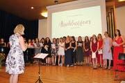 Ein stattlicher Chor: Die beiden Klassen der Fachmittelschule unter der Leitung von Bea Rütsche. (Bild: Hans Hidber)