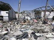 Das Flüchtlingslager in der Nähe von Tripolis lag nach dem Luftangriff am Dienstag in Trümmern. (Bild: KEYSTONE/AP/HAZEM AHMED)