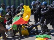 Rund 250 Personen protestierten vergangenen Samstag in Genf gegen den Präsidenten Kameruns. Dabei kam es zu Auseinandersetzungen zwischen Gegnern und Befürwortern des Staatsoberhaupts des westafrikanischen Landes. Die Genfer Sicherheitskräfte setzten daraufhin Wasserwerfer und Tränengas ein. (Bild: Keystone/MARTIAL TREZZINI)