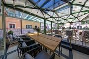 Die Terrasse ist gedeckt und lässt sich bei Bedarf schliessen. (Bild: Wilden Mann)