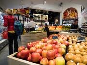 Stabile Konsumentenpreise: Im Juni sanken die Preise für Heizöl und für Steinobst, während die Preise für Pauschalreisen ins Ausland und Fruchtgemüse stiegen. (Bild: KEYSTONE/JEAN-CHRISTOPHE BOTT)
