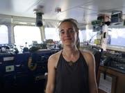 Die sizilianische Richterin, die Sea-Watch-Kapitänin Carola Rackete (im Bild) freigelassen hat, ist nach ihrem Urteil unter Druck geraten und hat nach Beleidigungen und Drohungen ihren Facebook-Account geschlossen. (Bild: KEYSTONE/EPA SEA-WATCH/TILL M. EGEN/SEA-WATCH HANDOUT)