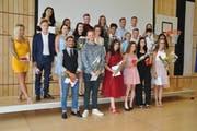 Freude herrscht: die erfolgreichen Absolventen der Detailhandelsausbildung am BZSL aus dem Werdenberg. (Bild: Jerry Gadient)