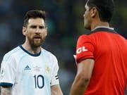 Lionel Messi war mit Schiedsrichter Zambrano unzufrieden (Bild: KEYSTONE/AP/VICTOR CAIVANO)