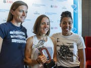 Lea Sprunger (links), Selina Büchel und Mujinga Kambundji posieren fürs Foto. (Bild: KEYSTONE/MARTIAL TREZZINI)