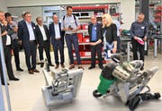 Die Leister Technologie AG hat in Sarnen ein hochmodernes Produktionsgebäude in Betrieb genommen. Inhaberin Christiane Leister stellt geladenen Gästen den erweiterten Produktionsstandort vor. (Bild: Romano Cuonz, 4. Juni 2019)