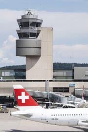 Das Herzstück der Luftverkehrssicherheit: Der Fluglotsen-Tower am Flughafen Zürich. (Bild: Keystone)