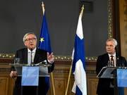 Der scheidende EU-Kommissionspräsident Jean-Claude Juncker (links) hat am Freitag das Auswahlverfahren für die Spitzenposten der EU als nicht sehr transparent kritisiert. Der finnische Premierminister Anntti Rinne (rechts), dessen Land den EU-Vorsitz übernimmt, lauscht aufmerksam. (Bild: KEYSTONE/AP Lehtikuva/EMMI KORHONEN)
