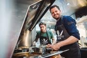 Zwei Stars im Foodtruck: Sänger Baschi (links) und Koch Pascal Schmutz. (Bild: Olivia Pulver, Zürich, 16. Oktober 2018)
