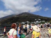 Die Touristen kehren nach dem heftigen Vulkanausbruch vom Mittwoch zurück auf Stromboli. Geologen verlangen einen effizienteren Evakuierungsplan für künftige Fälle. (Bild: KEYSTONE/AP/SALVATORE CAVALLI)