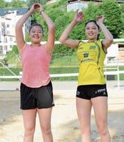 Jasmin Kuch (links) und Anouk Erni sind bereit für Höhenflüge. Die beiden bestreiten im Sommer zehn bis zwölf Beachvolleyballturniere und möchten sich für das Finalturnier qualifizieren. (Bild: Beat Lanzendorfer)