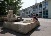 Der Schulhausbrunnen in der Anlage Guthirt ist eines der frühesten Kunstwerke des höchst schaffenskräftigen Steiner Bildhauers im öffentlichen Raum Zugs. (Bild: Stefan Kaiser, Zug, 3. Juli 2019)